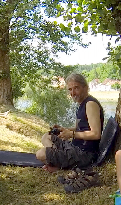 影展主辦人的小舅布列諾是漂撇的嬉皮,每天都抱著一把吉他,在我們的單車休息點默默彈奏,或是靜靜的角落看我們。他說人不應該有這麼多稱謂,你好,我是布列諾,我就是我。攝影:李若韻。