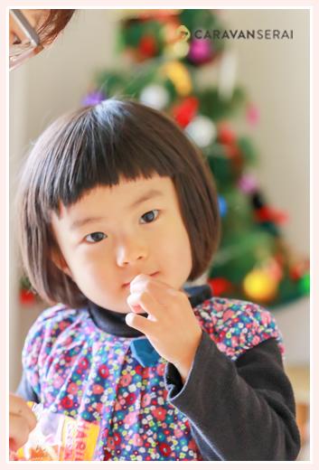 出張カメラマンが撮る家族写真 自宅(愛知県名古屋市) カジュアルな服装から七五三参り用にお着物へ着替えるシーン クリスマスツリー