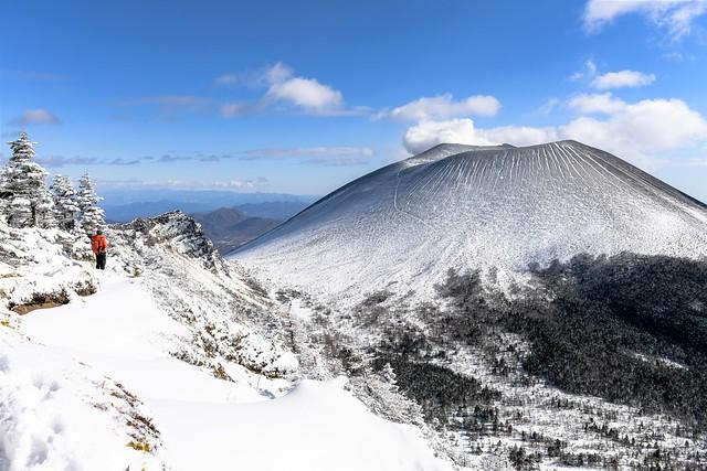 黒斑山~蛇骨岳稜線から望む雪の浅間山(前掛山)