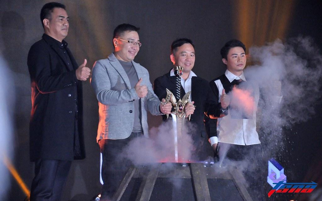 陳金鋒(圖左)參加手遊的啟動儀式。(張哲郢/攝)