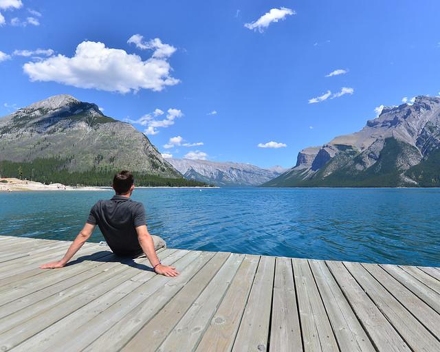 Frente al lago Minnewanka disfrutando de sus vistas