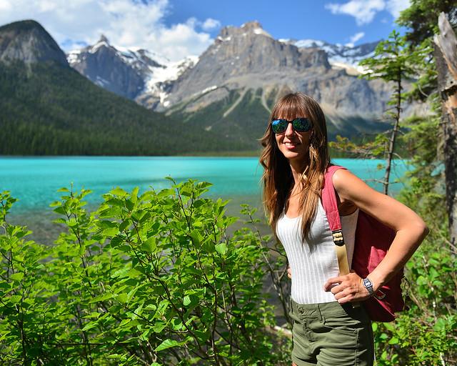 Frente al lago Emerald, el lago esmeralda de Canadá
