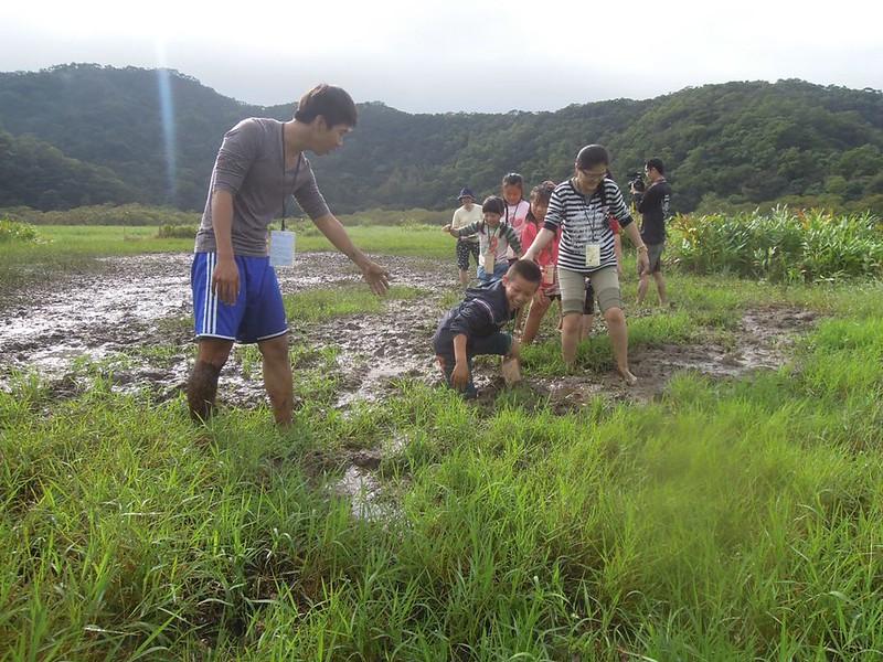 三代班帶孩子們前往屏東的水上草原,前往不同地區參加自然生態活動。來源:成龍濕地三代班,http://wetlandcenter.blogspot.tw/2015/12/blog-post_23.html
