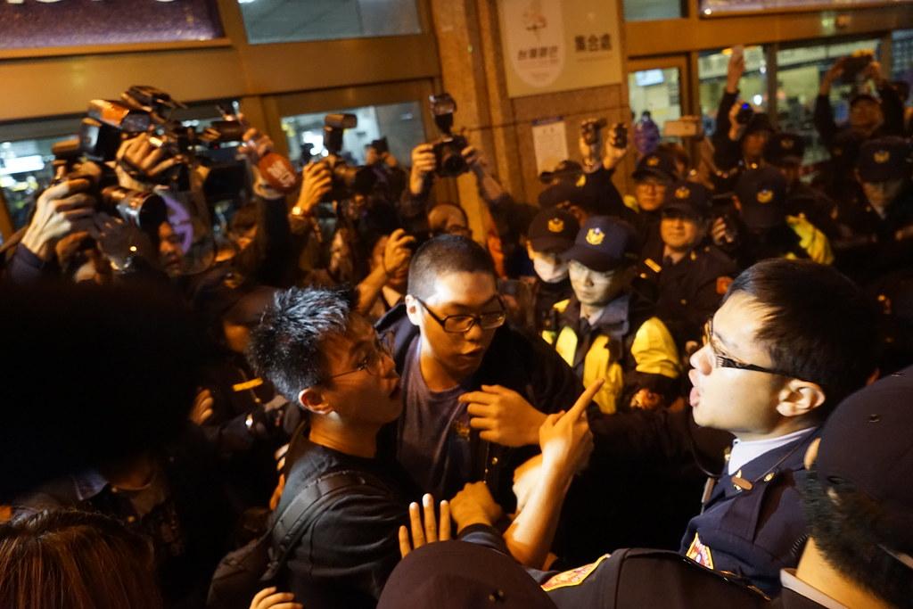 警方和群眾口角衝突。(攝影:張智琦)
