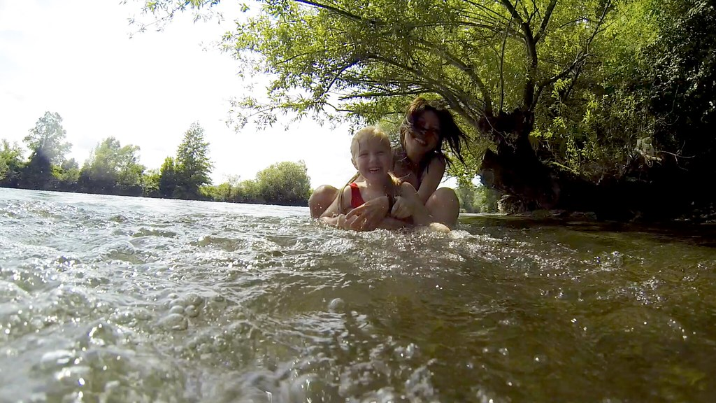 我和科斯塔伊尼察小鎮最著名的小海獺—達莉亞,影展主辦人的可愛女兒。
