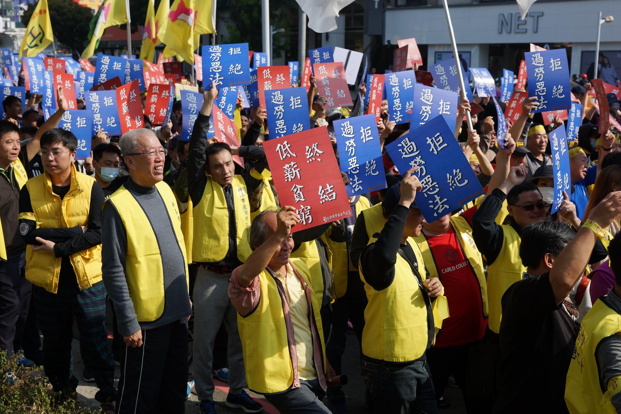 據主辦單位估計,今日響應遊行的工會幹部與民眾多達三萬人。(攝影:王顥中)