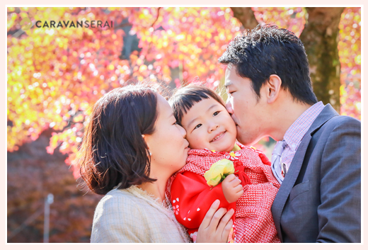 岩屋堂(愛知県瀬戸市)で七五三写真のロケーション撮影 モミジ・紅葉を背景に家族写真