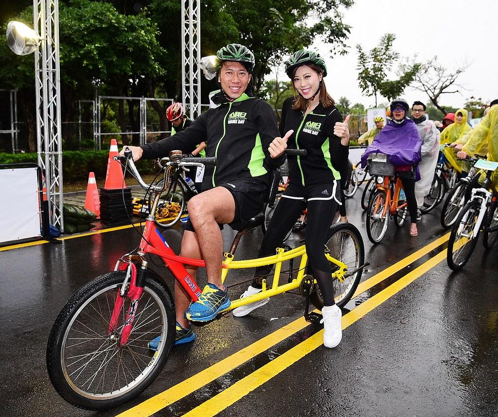 陳彥博(圖左)率領啦啦隊女神艾蜜絲完成北中南3區賽道體驗,成功挑戰自我。(大漢集團提供)