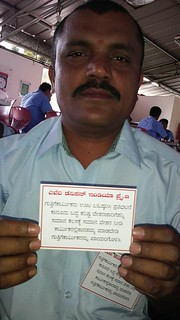 "GATWU worker holds a card that reads: ""Avery Dennison India Pvt. Ltd contract laborers are on hunger strike to protest - give us equal pay for equal work, don't discriminate against workers, make contract laborers permanent"""