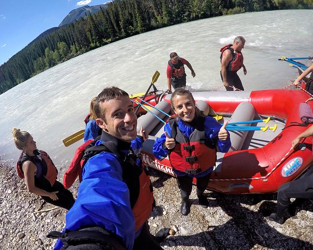 Haciendo rafting en rio Athabasca, de las cosas más divertidas que ver en el Oeste de Canadá