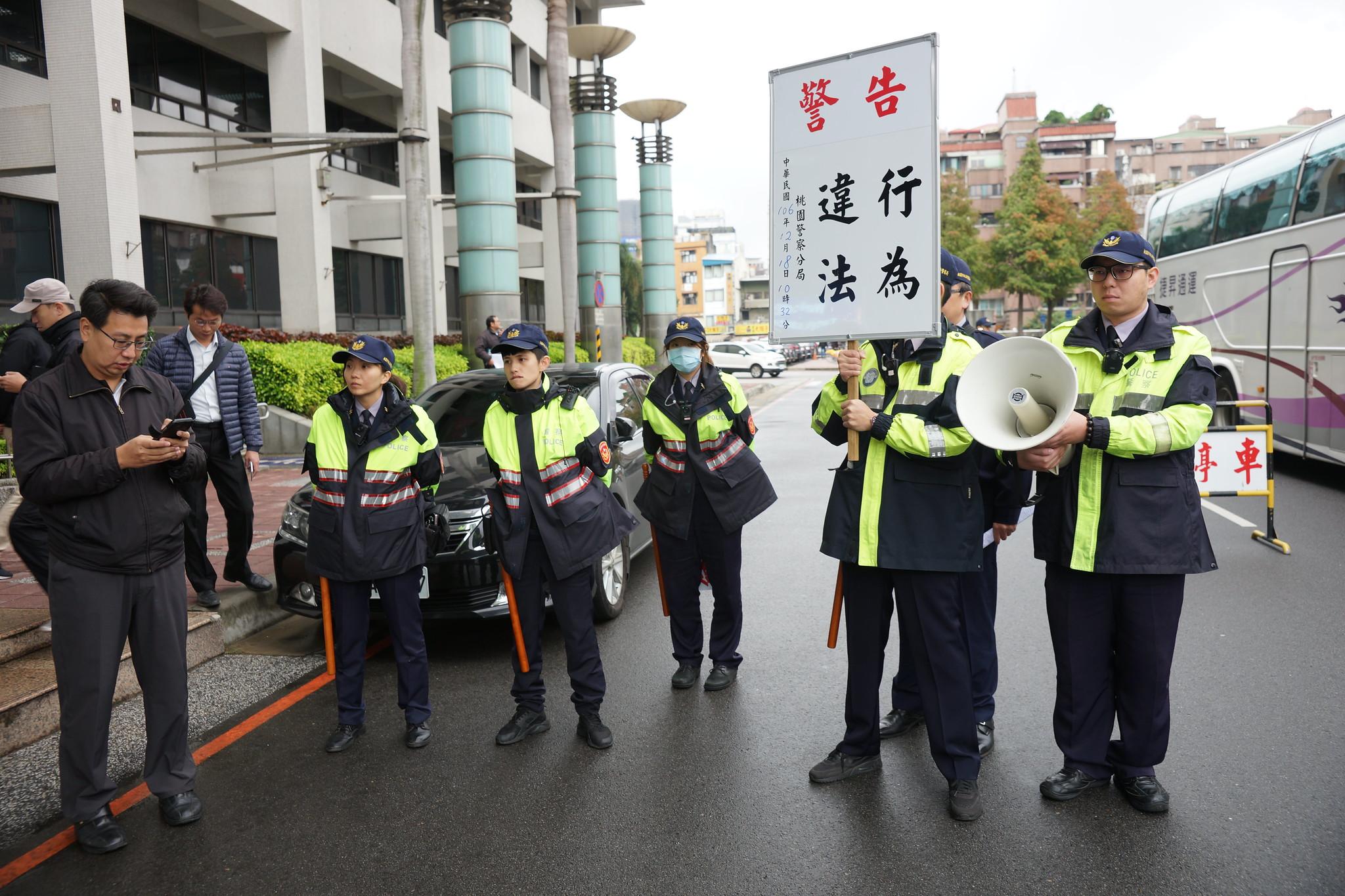 警方兩度舉牌警告,要求解散抗議行動。(攝影:王顥中)