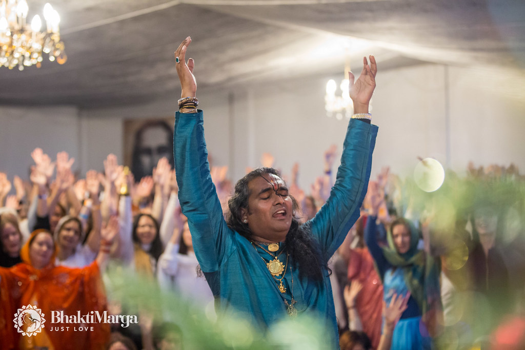 Paramahamsa Vishwananda raising hands during glorifications
