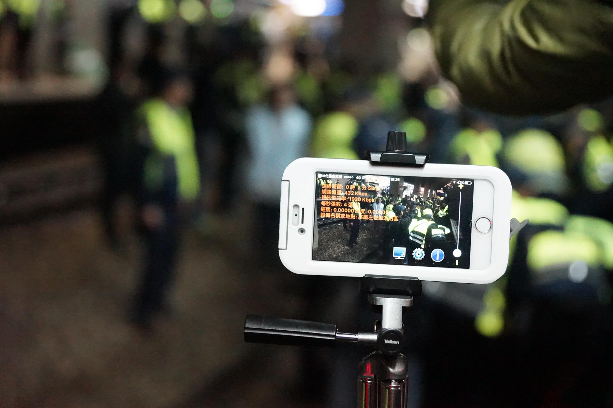 工會現場不斷呼召民眾開啟手機直播,請更多人來聲援。(攝影:王顥中)