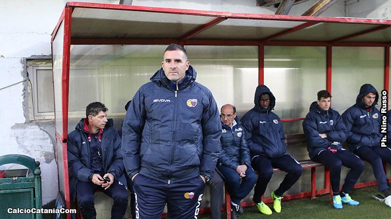 La concentrazione di mister Lucarelli prima della partita col Rende