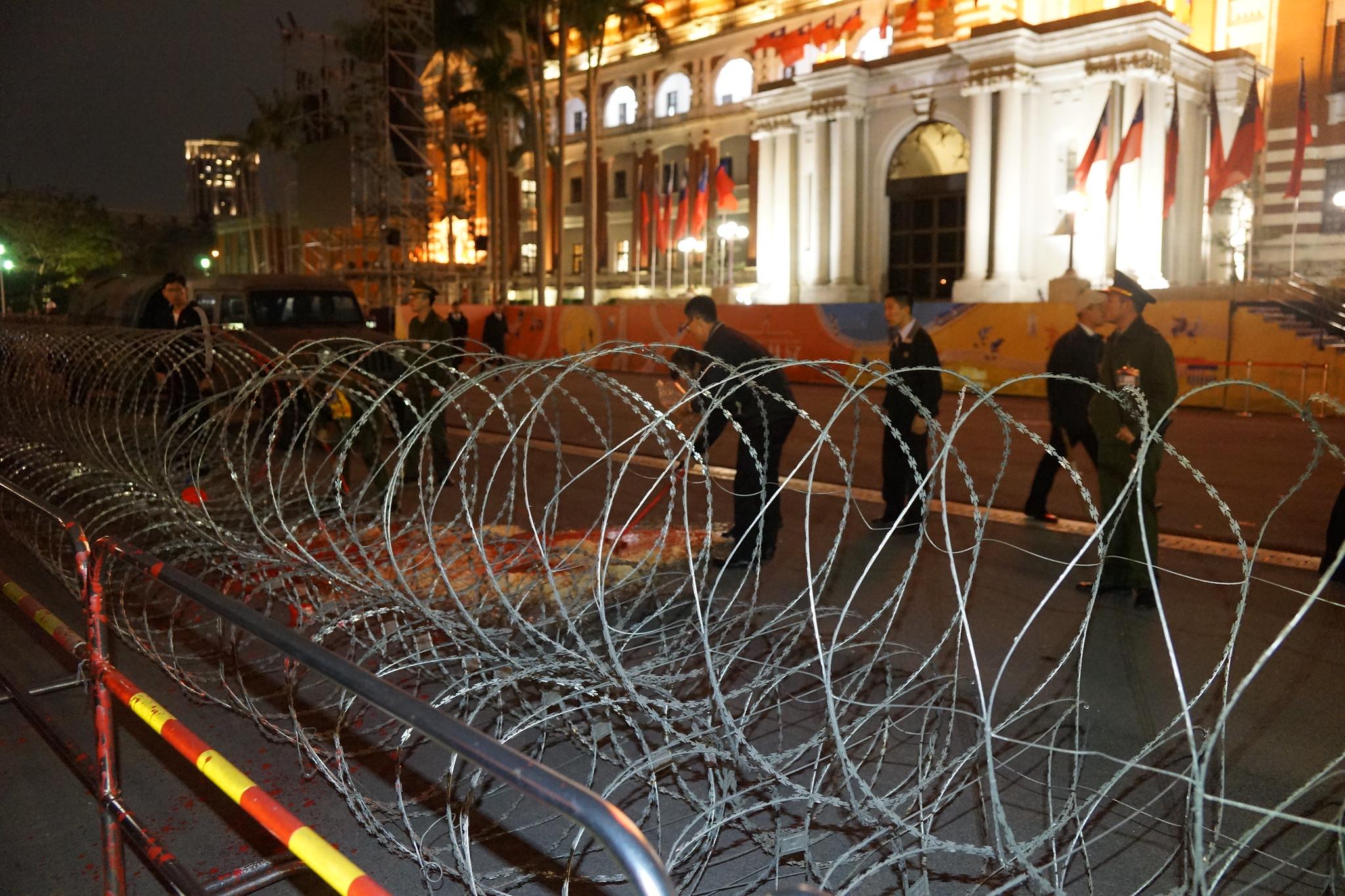 總統府內的憲兵快速清理現場。(攝影:王顥中)