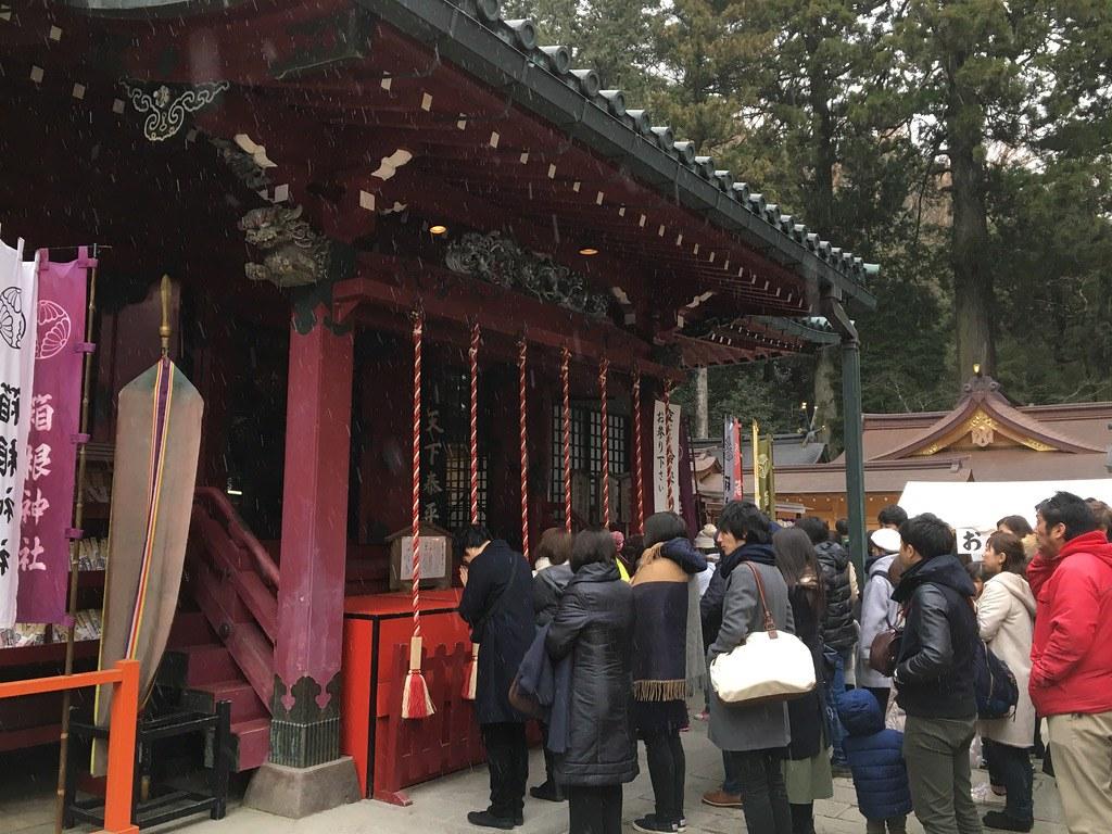 箱根神社 - Tuy trời tuyết lạnh nhưng người đi lễ đầu năm khá đông