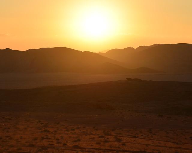 El sol comienza a bajar poco a poco en Wadi Rum