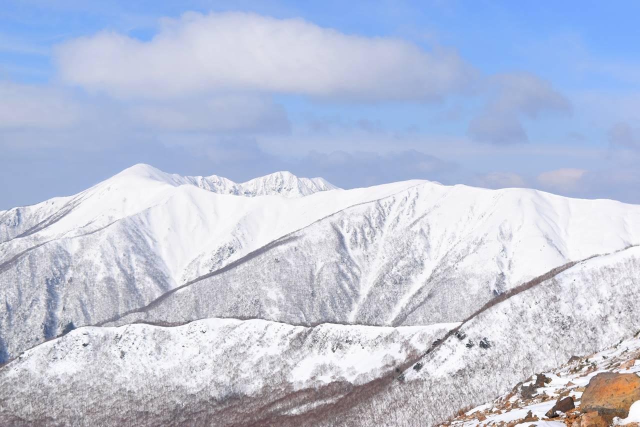 雪に覆われた裏那須・流石山~大倉山~三倉山の稜線