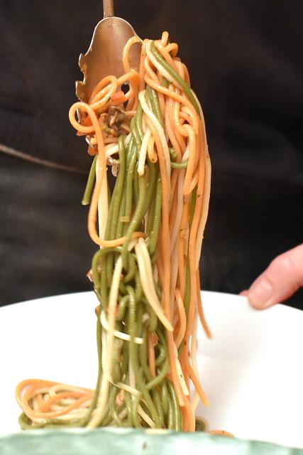 Bunte Spaghetti - das Auge isst mit - mit Spinat und Tomaten gefärbt - Tomaten-ChaBunte Spaghetti - das Auge isst mit - mit Spinat und Tomaten gefärbt - Tomaten-Champignon-Sugo - Chianti ... Foto: Brigitte Stollempignon-Sugo - Chianti ... Foto: Brigitte Stolle