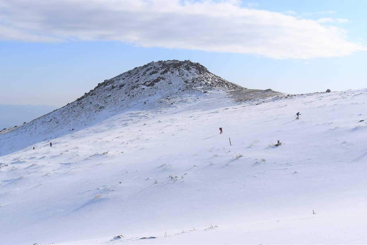 冬の安達太良山 山頂を目指す登山者