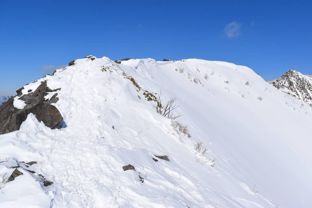冬の那須岳・剣ヶ峰の稜線