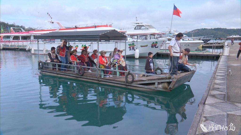 939-3-6邵族挑選出新任的先生媽,依照傳統習俗,搭船前往拉魯島,虔誠向祖靈宣告。