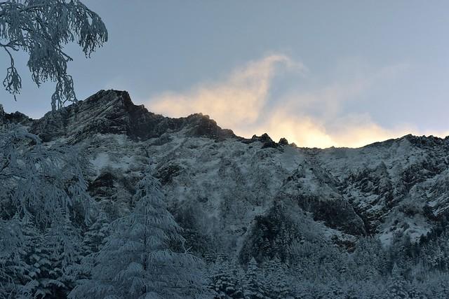 強風で雪煙を上げる八ヶ岳の稜線