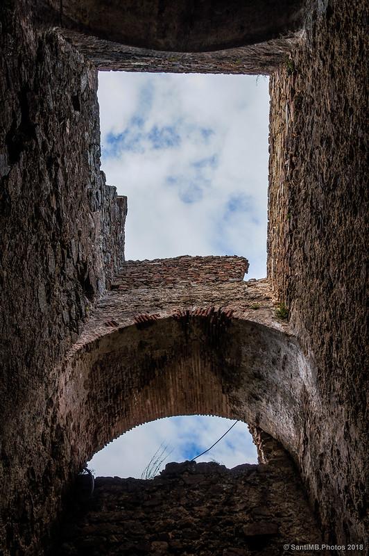 En el patio del recinto soberano del Castell de Montsoriu