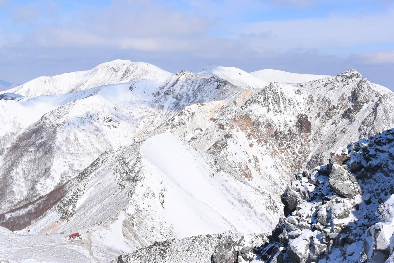 茶臼岳から眺める雪の三本槍岳