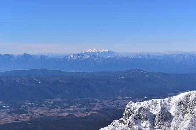 冬の八ヶ岳から眺める御嶽山