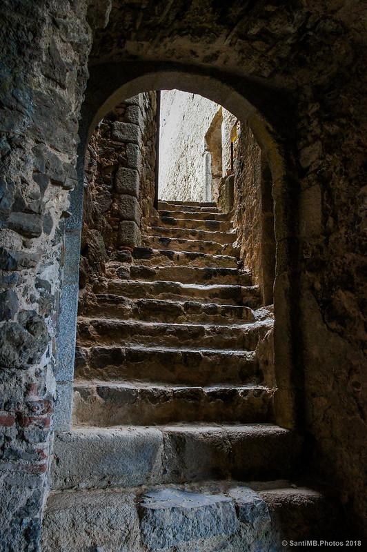Escaleras a la bodega del Castell de Montsoriu