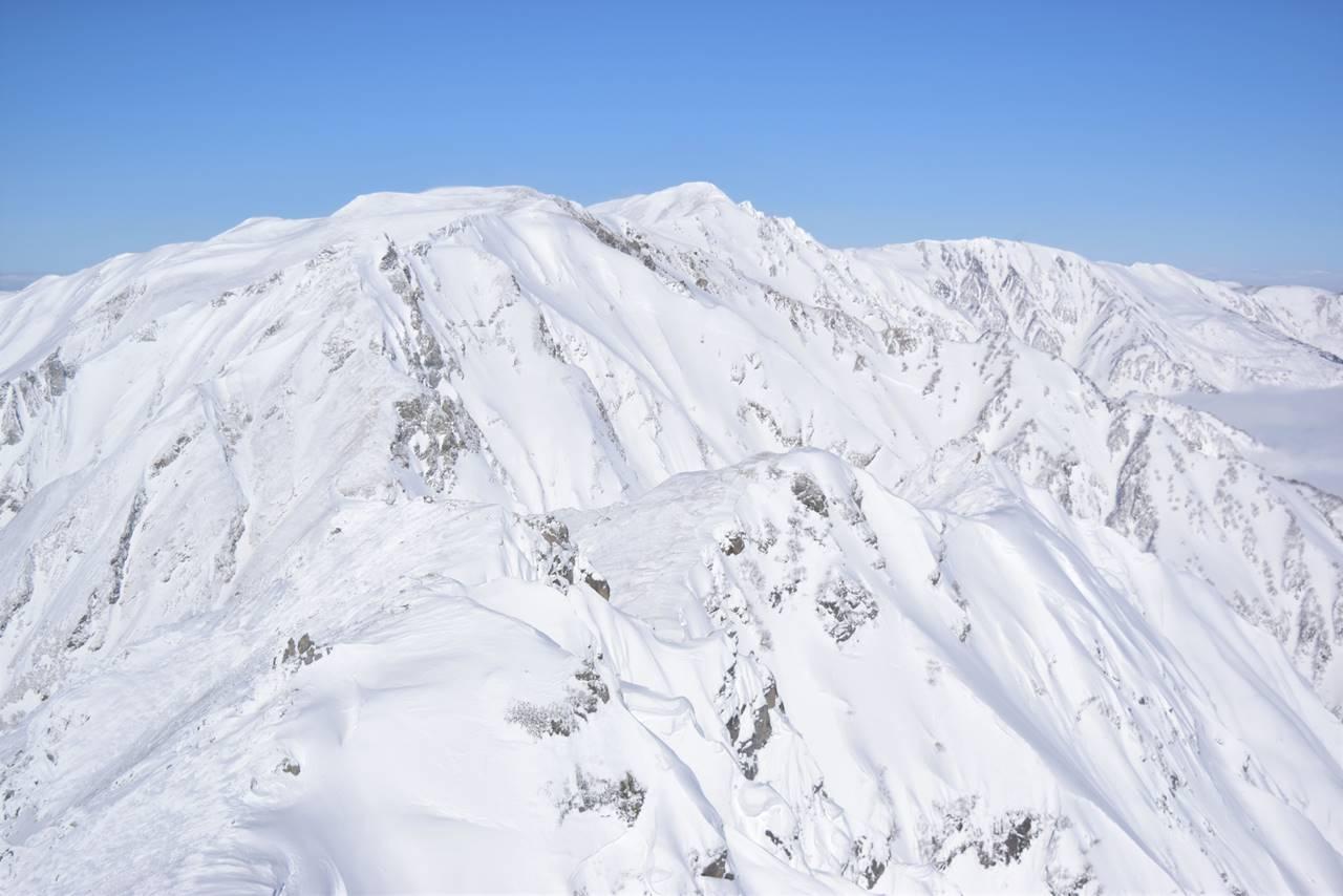 唐松岳から眺める雪の白馬岳