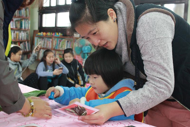 從幼兒園到小學生以及全校師長,透過教師研習與閱讀綠繪本參與減塑的環境教育課程。(攝影/吳珊俞)
