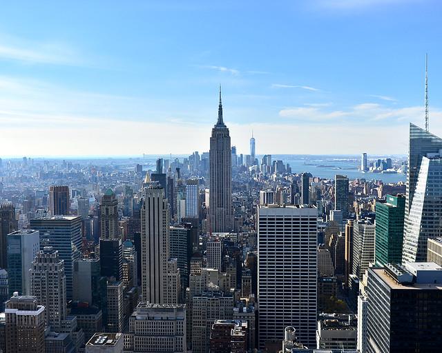 Skyline de Nueva York con el Empire State presidiendo la ciudad en un soleado día