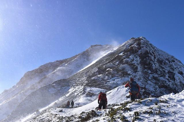 強風で雪煙舞う冬の赤岳