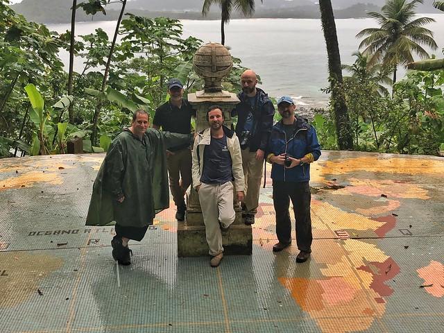 En la marca del paso de la línea del Ecuador que pasa por la isla de Rolas (Santo Tomé y Príncipe)