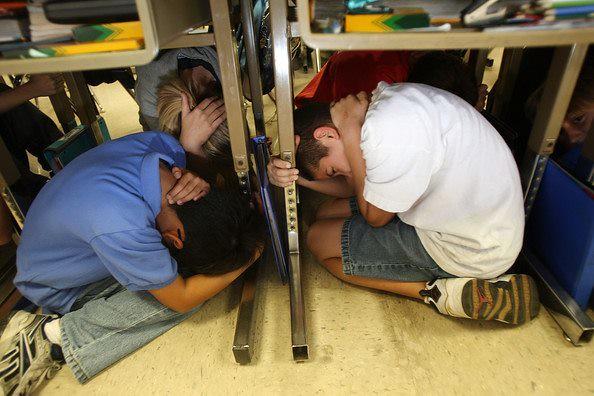 狹小空間若無法全身進入,應該頭部先先進入,護住頸椎。 圖片來源:www.zimbio.com