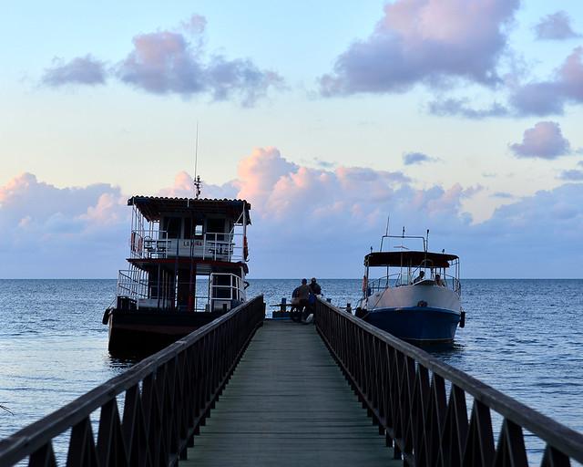 El ferry hasta Cayo Levisa bajo nubes al atardecer