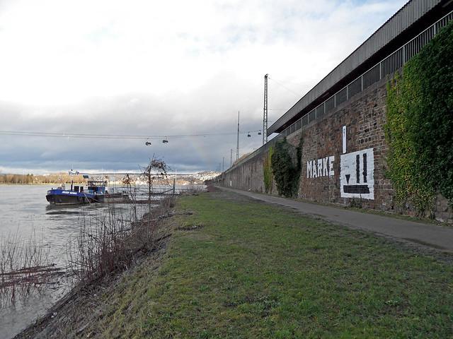 """Der Uferweg am Rhein in Koblenz-Ehrenbreitstein, an der Ufermauer die Beschriftung """"Marke 2"""""""