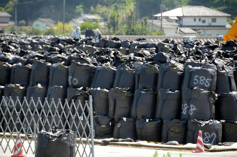 2016年6月11日時在日本福島縣南相馬市所時際拍攝到堆積如山的裝盛遭輻射污染的廢棄物的黑色塑膠材質的除染袋。