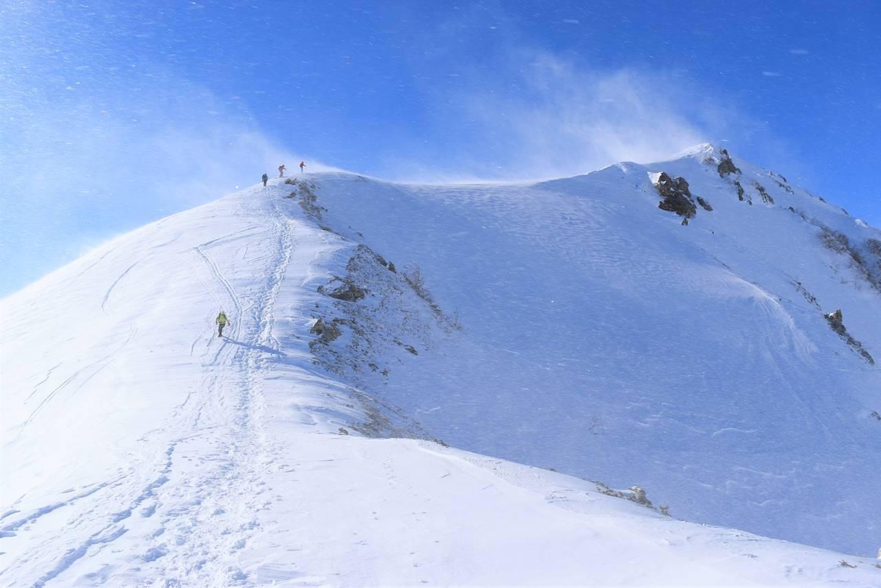 強風の八方尾根雪山登山