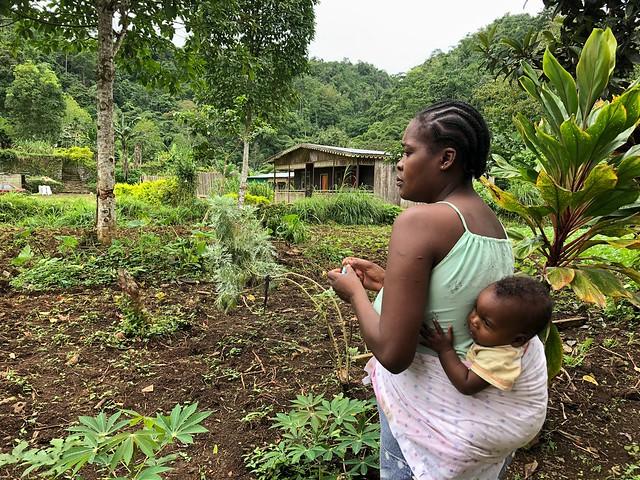 Madre con su hijo en la Roça de Sao Nicolau (interior de Santo Tomé)