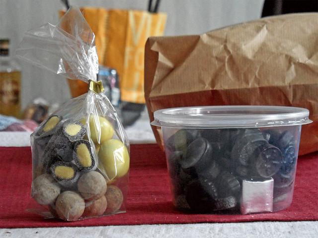 Eine Dose und ein Beutel mit verschiedenen Lakritzbonbons