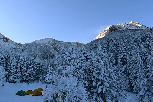 冬の行者小屋テント場と阿弥陀岳