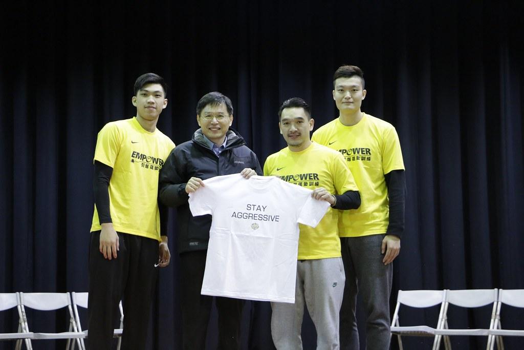 金門酒廠籃球隊教練楊志豪(圖右2)、黃泓瀚(圖左1)、蘇奕晉(圖右1)代表球團贈送球隊T-shirt給岸裡國小彭道衡校長(圖左2)。(EMPOWER引爆運動訓練提供)