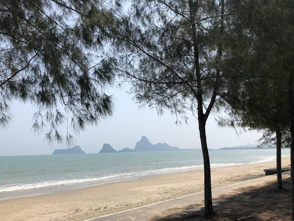 这边是很长的沙滩,人少