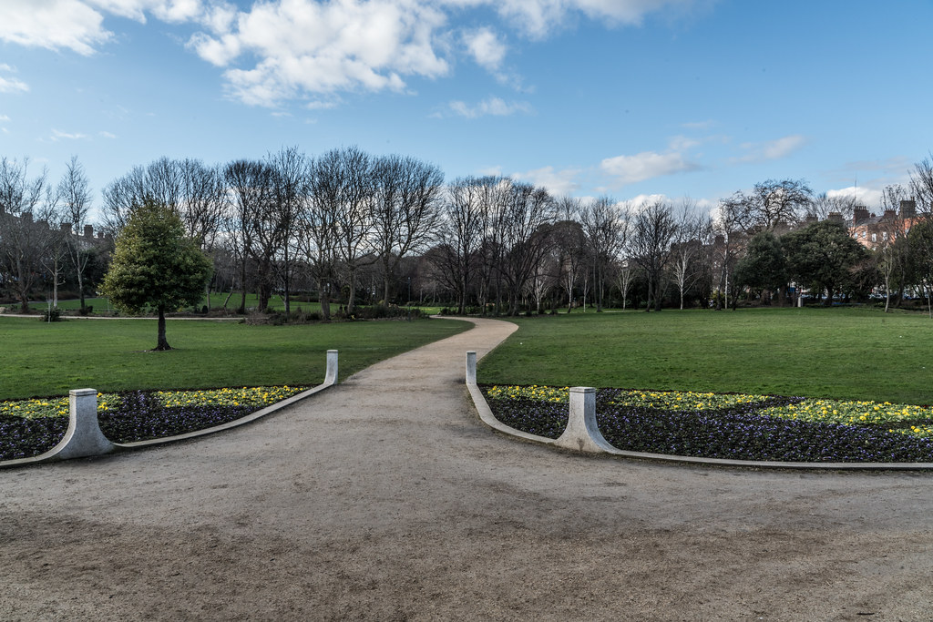 MERRION SQUARE PARK - THE OLD STANDARD LAMPS ARE ALL GONE 005