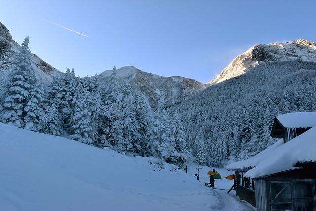行者小屋と雪の阿弥陀岳