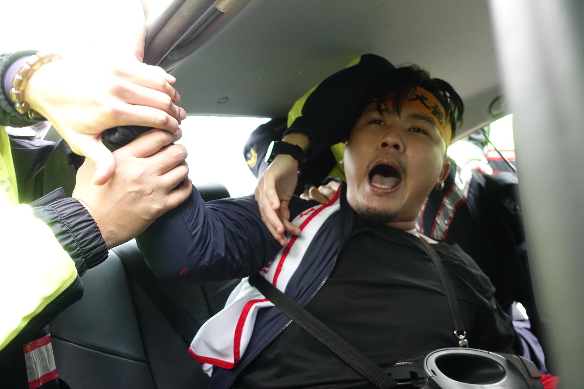 自救會成員被帶上警車。(攝影:張智琦)