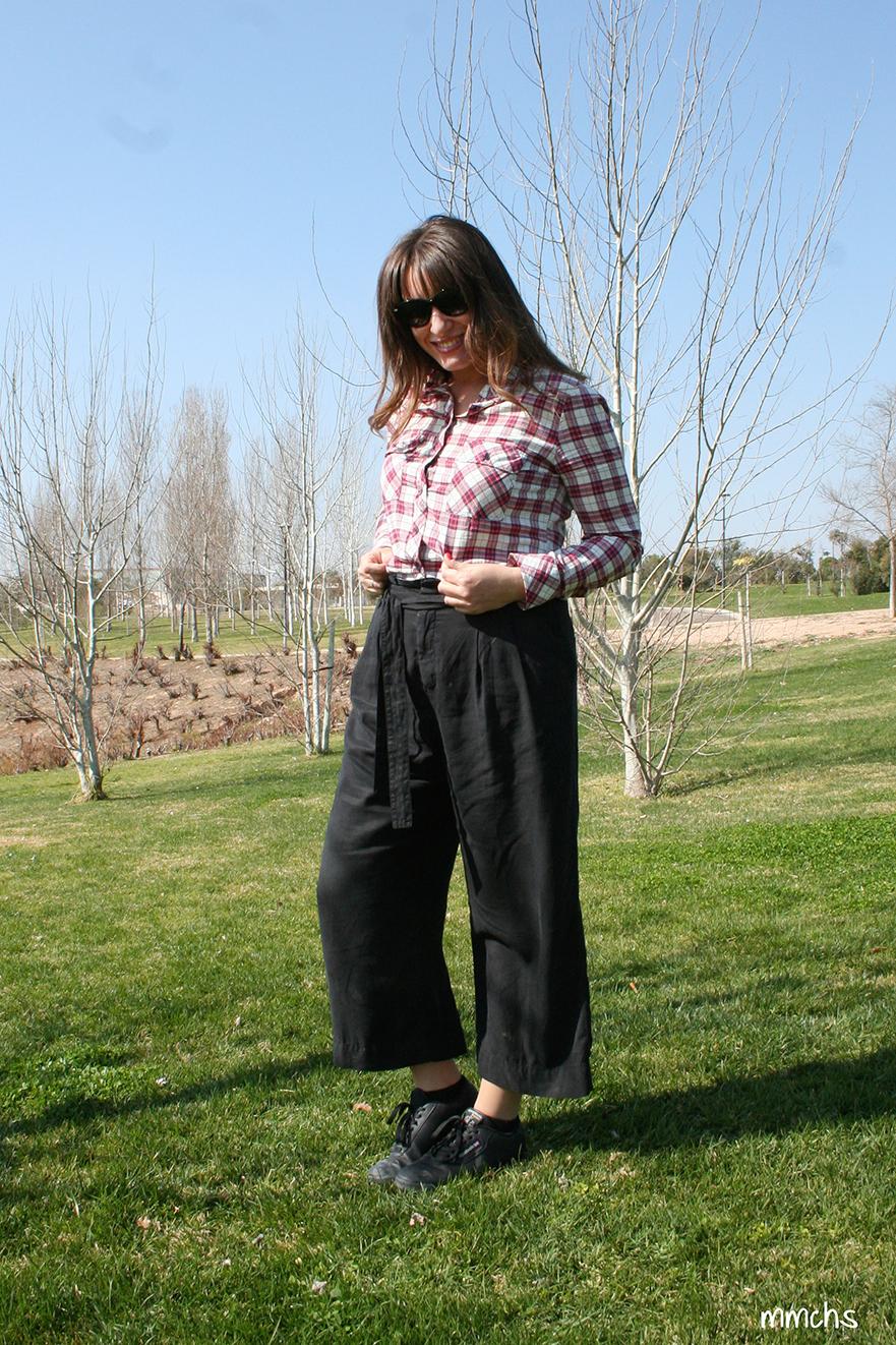 pantalón culotte negro camisa cuadros rojos